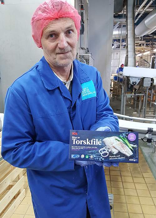 Paul Hauan with an MSC certified pack of cod © MSC