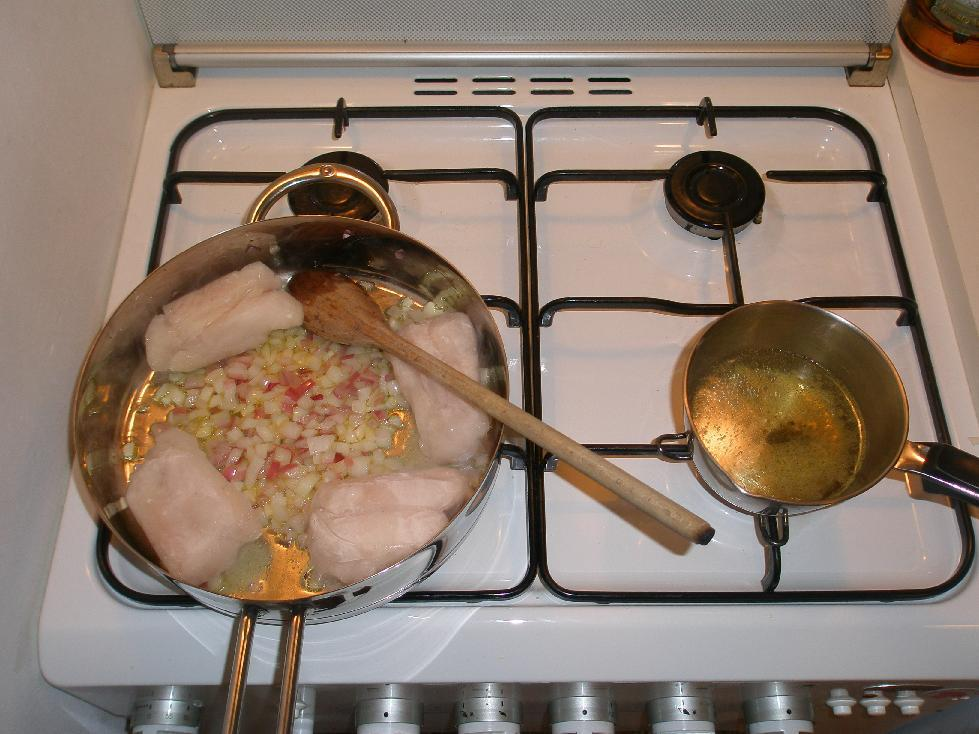 • Il merluzzo in padella e il brodo a scaldarsi