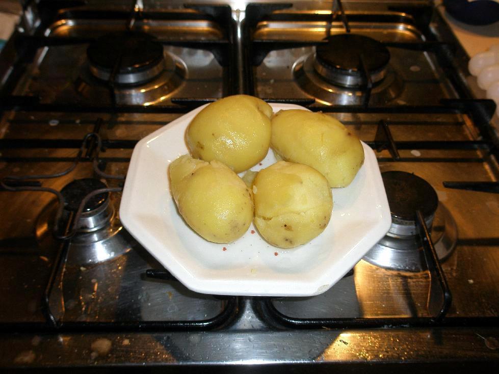 • Patate bollite e sbucciate