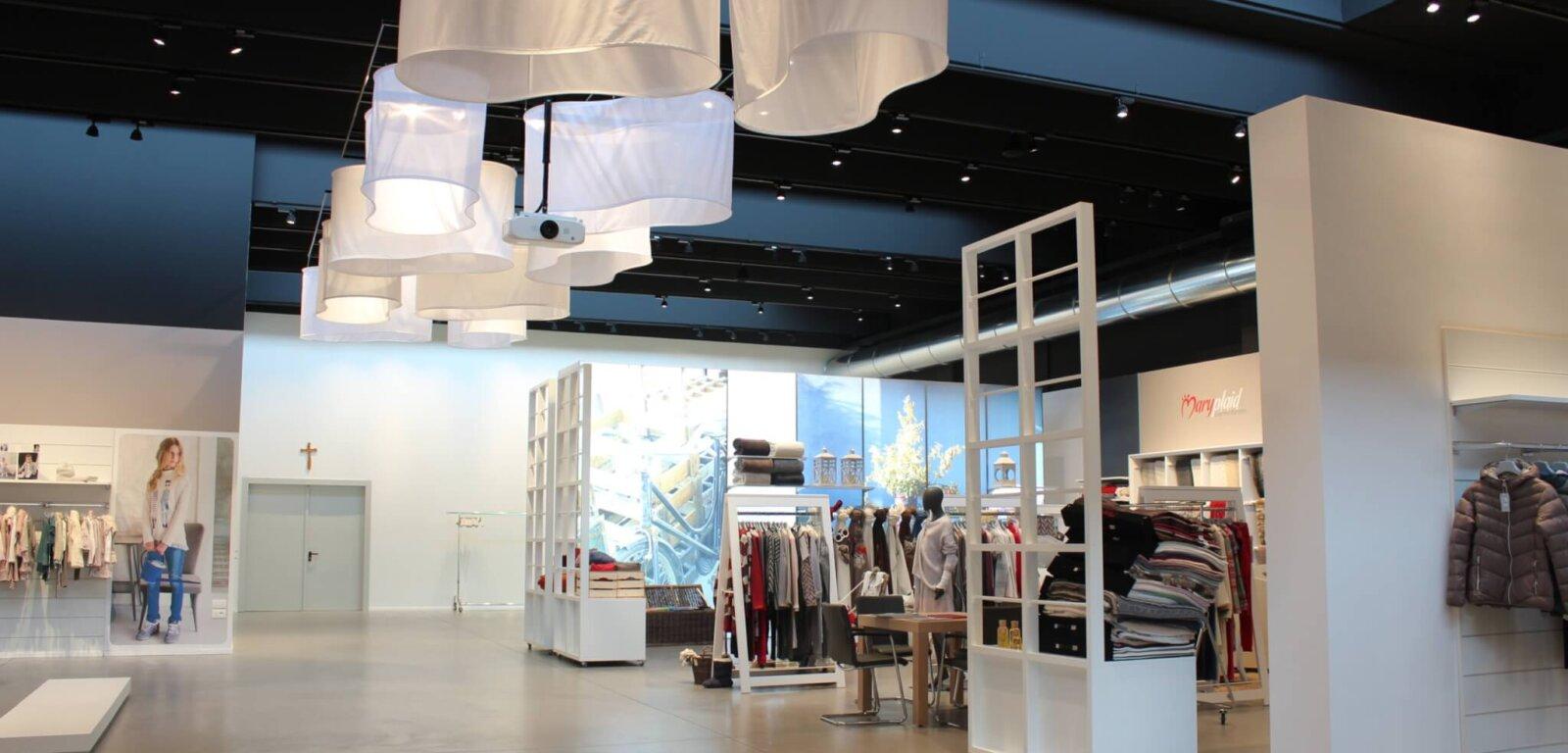 Padiglione retail con pavimento in resina all'interno di un centro commerciale in Friuli-Venezia Giulia.
