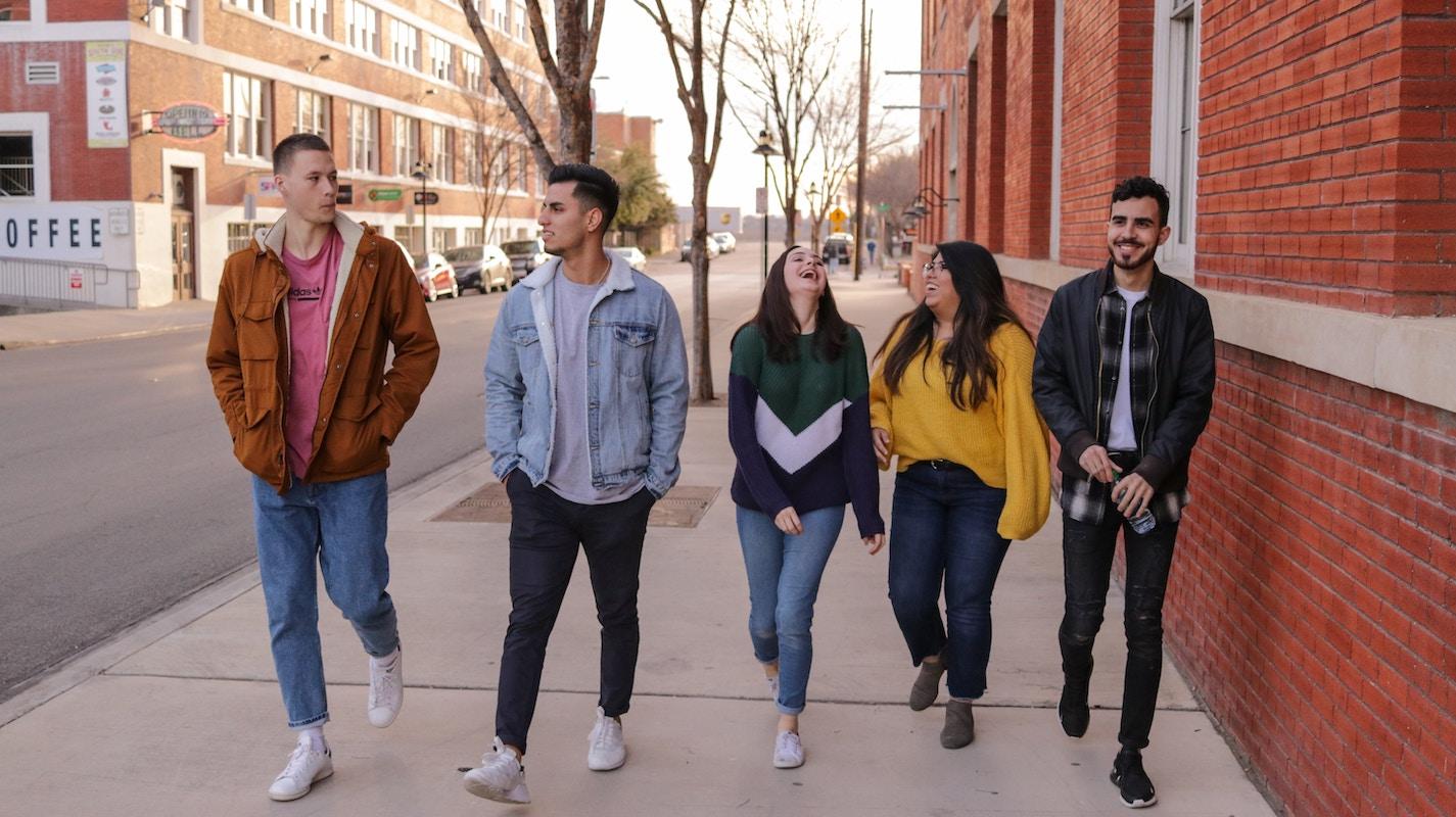 grupo de adolescentes por la calle