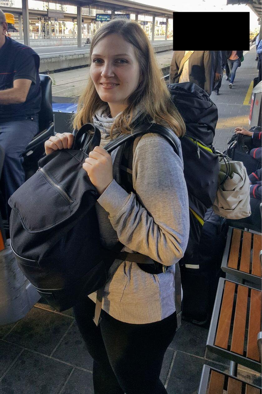 Ich am Frankurter Hauptbahnhof am Tag der Abreise, bepackt mit zwei Rucksäcken