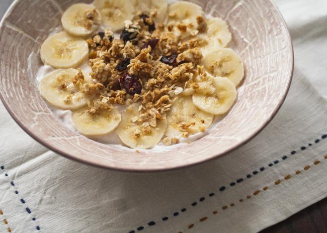 Crunchy, nutty granola with yogurt