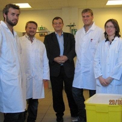 4. kép: A korrupt és csaló Séralini (középen, öltönyben) néhány munkatársa társaságában