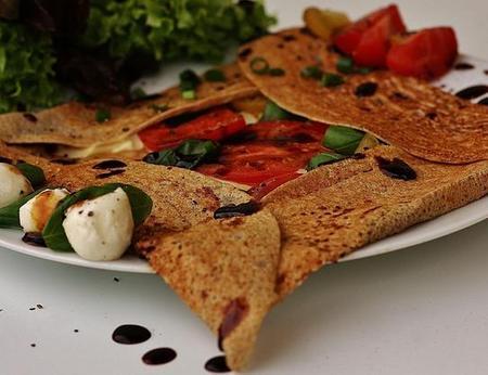Bretonisches, glutenfreies Galette mit Tomate Mozzarella, Balsamico und Basilikum
