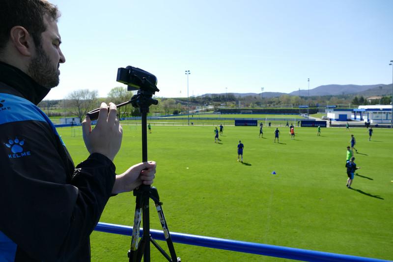 デポルティーボ・アラベスのサッカーの練習を撮影するビデオコーディネーター