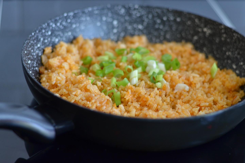 Fried rice na may toyo at green onions
