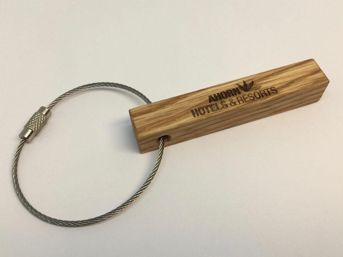 Unsere Schlüsselanhänger sind aus edlem, massivem Holz. Dieses kann passend zur Inneneinrichtung gewählt werden und trägt so zu einem stimmigen Gesamteindruck bei.