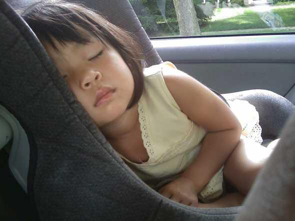 baby die slaapt in de auto