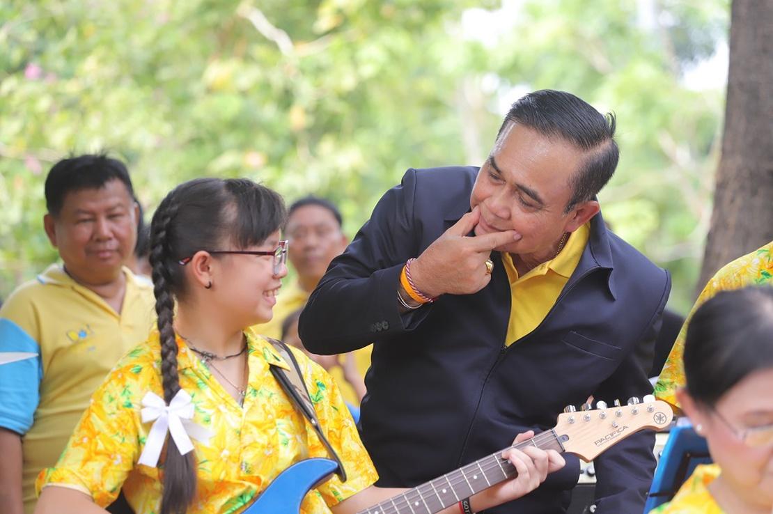 Junta-Führer General Prayuth Chan-Ocha macht vor wie es geht