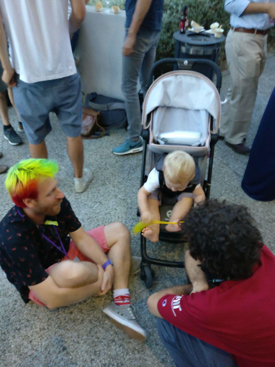 Lexie, filha do Romain François (o do cabelo colorido), brincando com o Daniel Falbel. Coisa mais fofa!