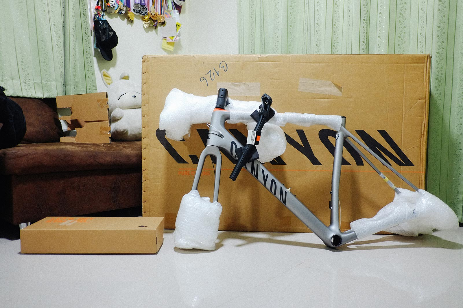 ข้างในกล่องมีเฟรมจักรยาน กับกล่องเล็กๆ อีกหนึ่งใบ