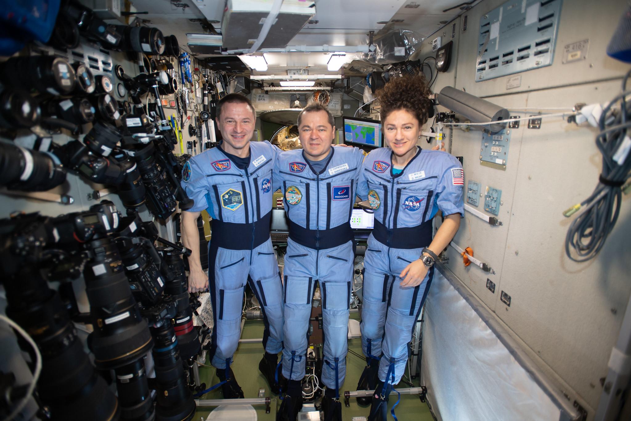 Figure 2: Andrew Morgan (NASA), Oleg Skripochka (Roscosmos) și Jessica Meir (NASA), înainte de a reveni pe Pământ. Sursa foto: NASA