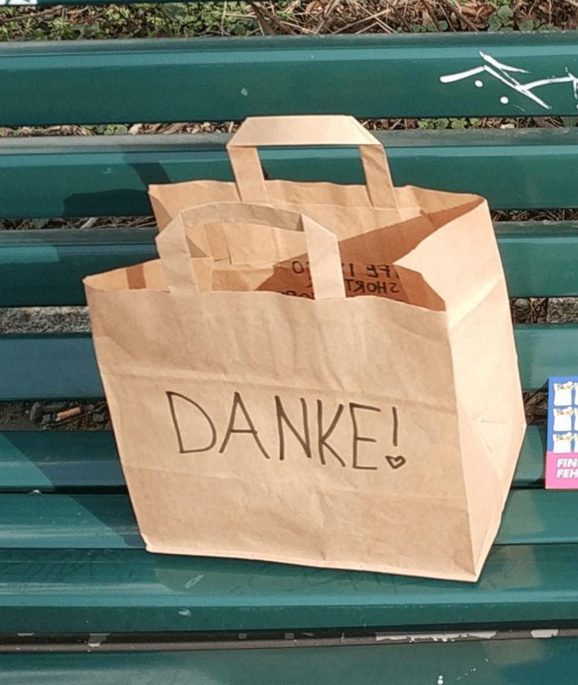Foto einer Parkbank. Darauf steht eine Türe mit der Aufschrift 'Danke'