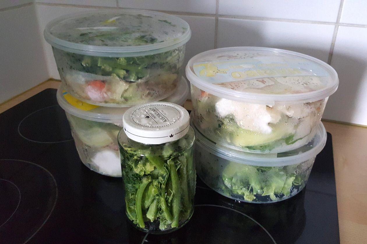 Die Dosen mit den Gemüseresten tauen auf der Arbeitsfläche auf.