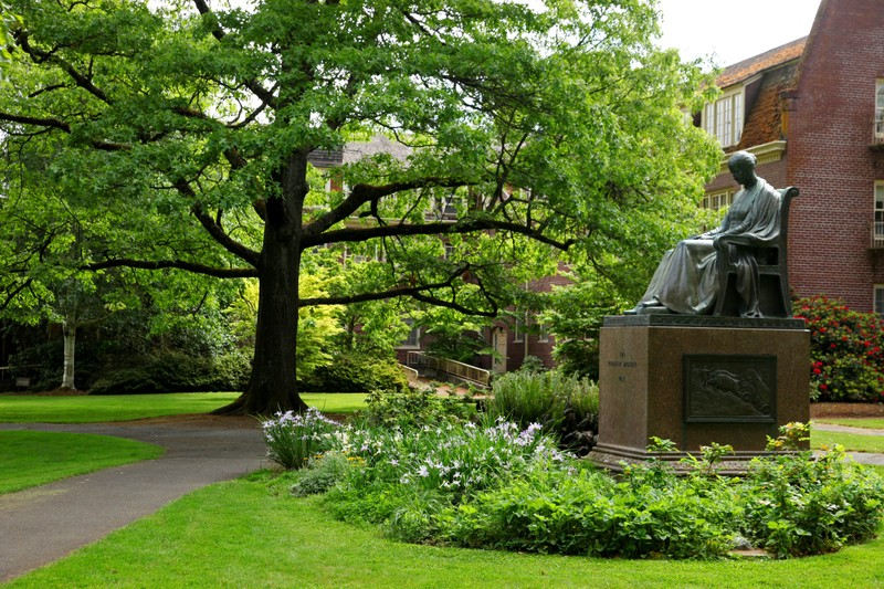 Statue on the University of Oregon campus