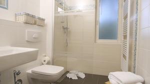 Das Bad der Ferienwohnung mit schöner Dusche und Fenster aus Milchglas