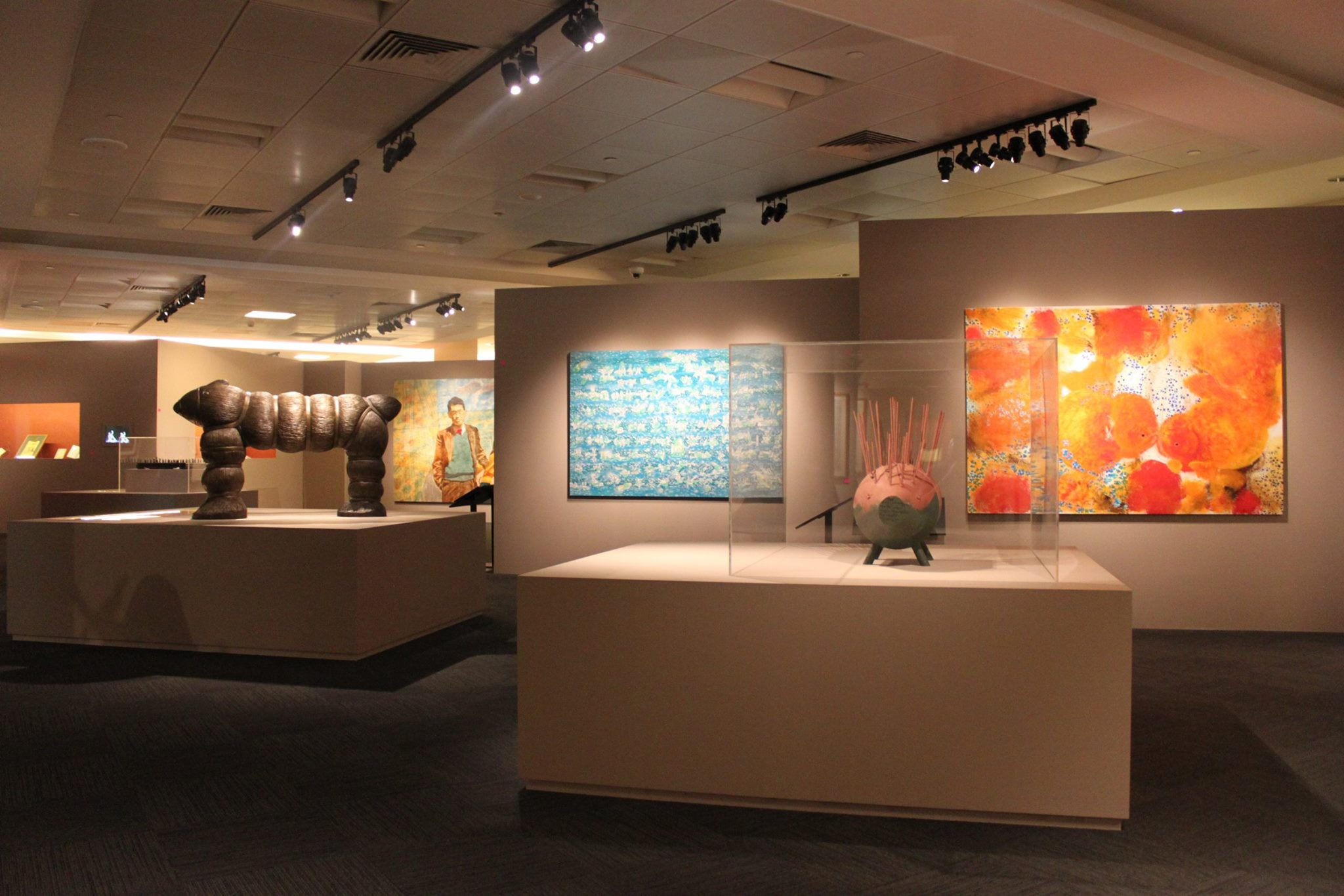 A photo overview of the exhibition. There are sculptures and paintings.