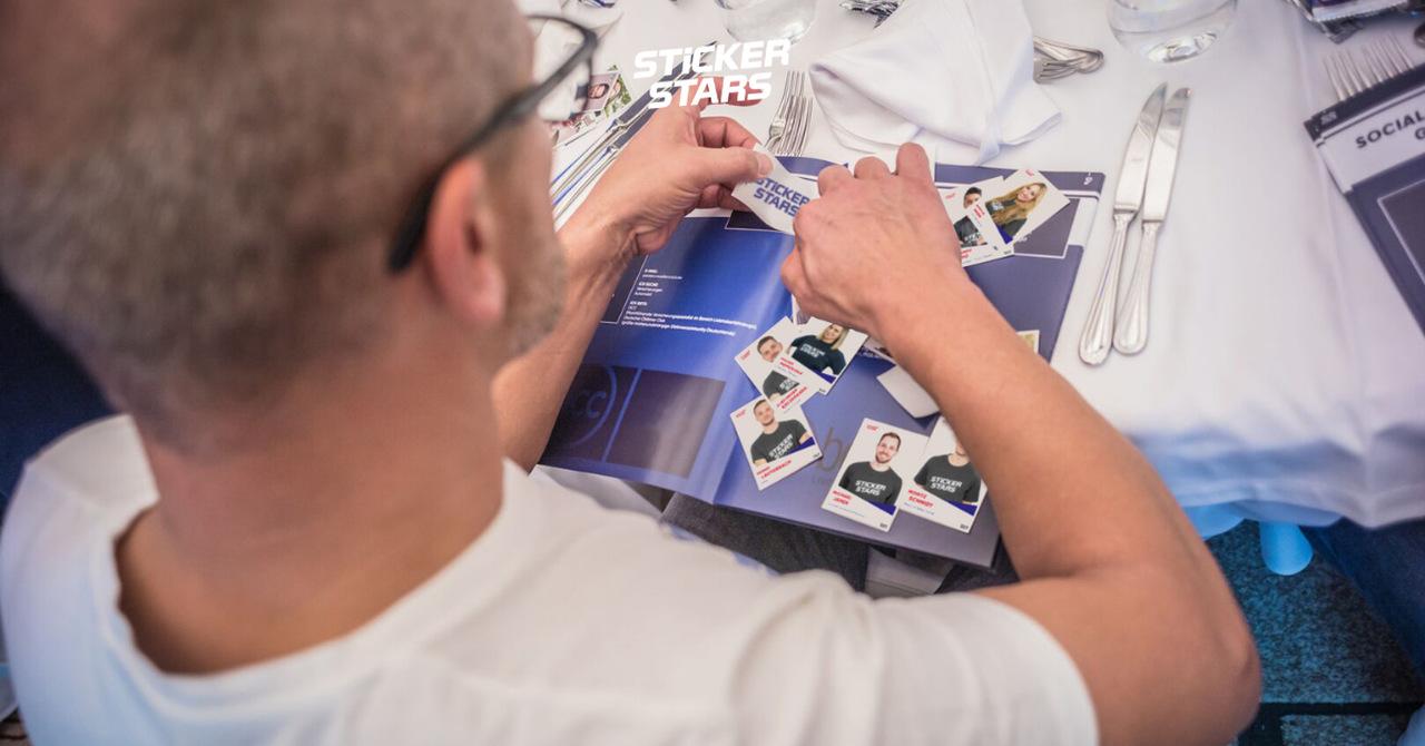 Eine kreative Teamevent Idee: Ein Stickeralbum für Unternehmen.