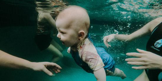 Bébé qui nage