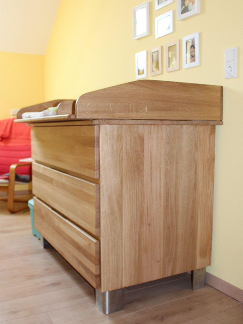 Eine Wickelkommode von RUPPERTdesign ist ein praktisches Holzwerk. Außerdem gilt Safety first.