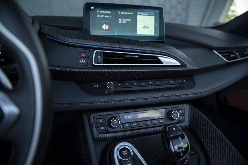 BMW i8 Roadster Dry Carbon, Carbon interieur afwerking, Accaro fijn nappa leder, Progressive package , Laser LED Koplampen afbeelding 25