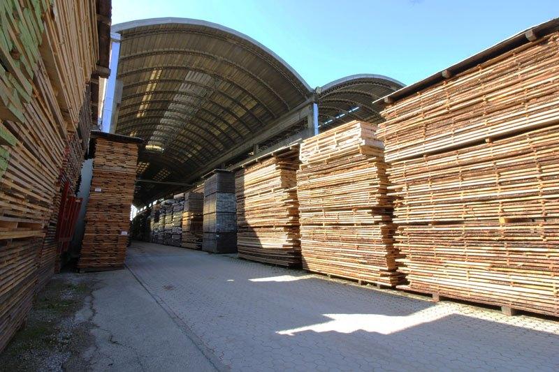 Cataste di legna tagliata in capannone