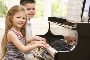 kinderen spelen op piano