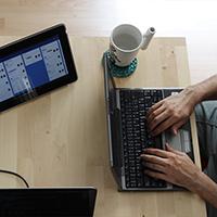 Taula amb ordinador i tauleta