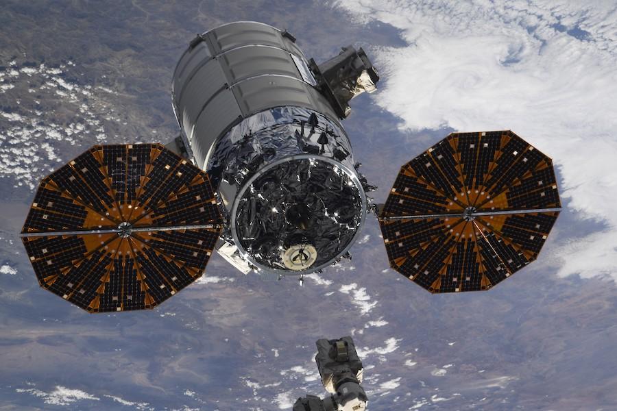 Imaginea 2: Capsula Cygnus NG-12, după desprinderea de Stația Spațială Internațională (Sursa foto: Oleg Skripochka/Roscosmos)