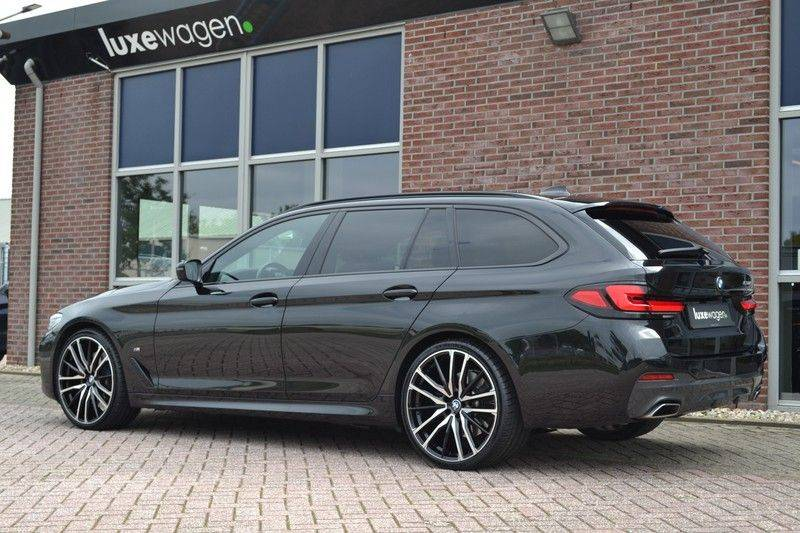 "BMW 5 Serie Touring 530d 286pk M-Sport Pano DA+ PA+ Laser 21"" Adp-drive HUD afbeelding 15"