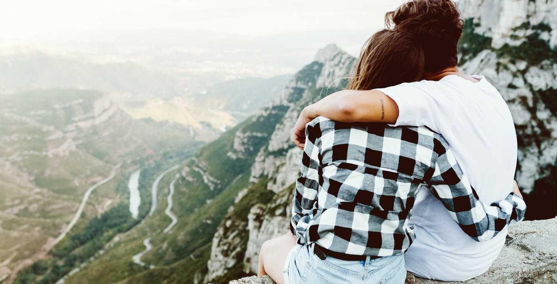 Junges Paar genießt den Weitblick über ein Tal - Altersarmut - Bist du auf deinen Ruhestand vorbereitet?