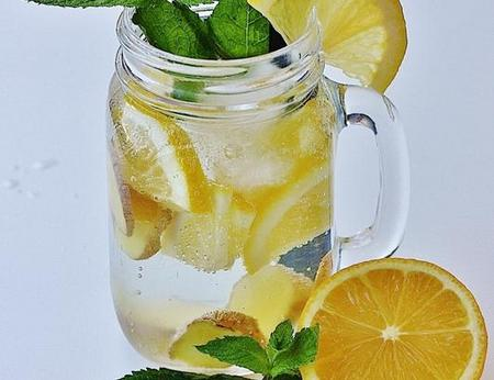 Hausgemachte Limonade mit Minze, Zitrone und Ingwer in einem schönen großen Glas mit Henkel