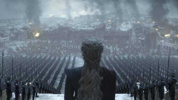 Daenerys encara Porto Real em chamas em cena do seriado Game of Thronres, 8a temporada