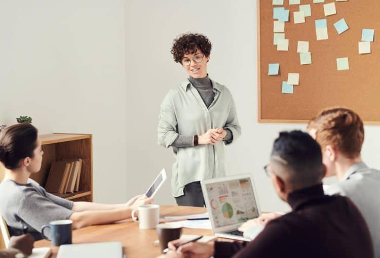Trainerin mit Teilnehmern während einer Firmenschulung