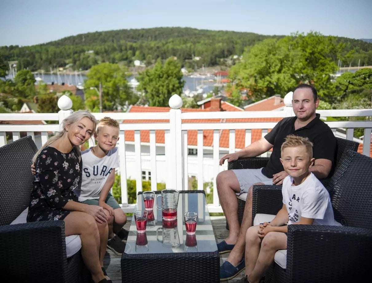 Derfor er Son det perfekte stedet å bo! - Hyggelig familie smiler mot kamera