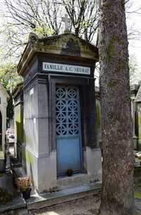 The grave of Georges-Pierre Seurat (1859-1891) at Père Lachaise Cemetery in Paris, France (© Pyb, CC BY-SA 3.0)