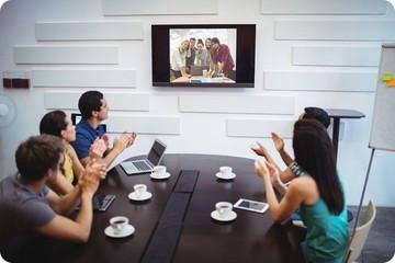 reunion en teletravail entre deux groupes de salaries en visioconference