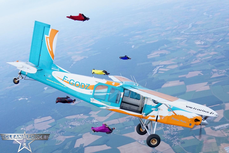l'avion de largage des parachutistes vole avec les wingsuits dans le ciel de bourgogne franche comté