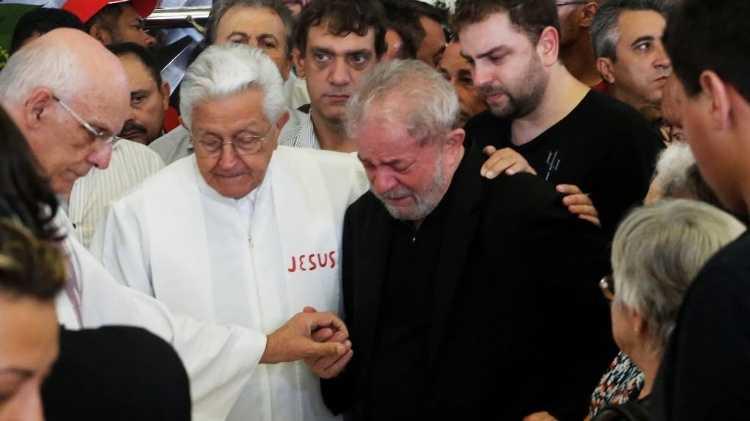 Procuradores da Lava Jato ironizam morte de Marisa Letícia e luto de Lula