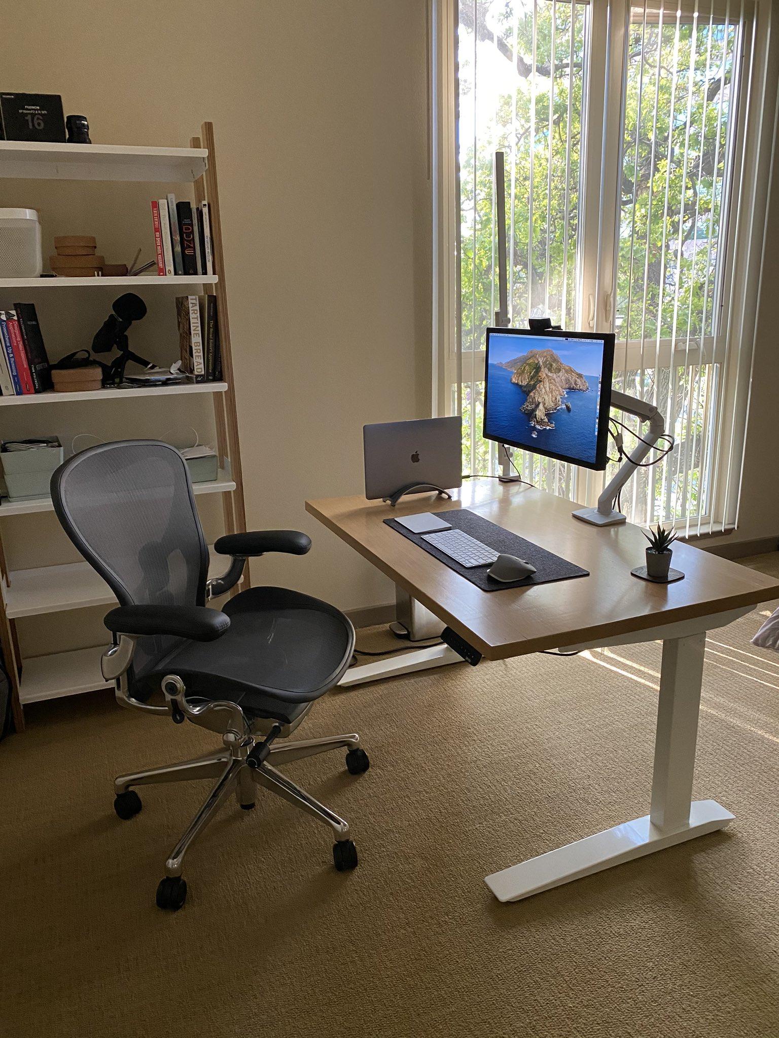 Fatih's minimal desk setup