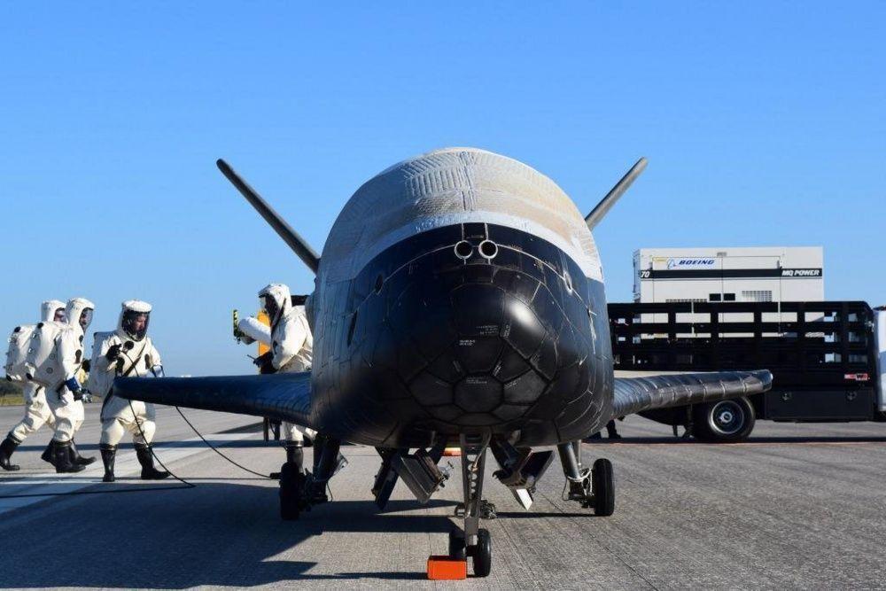 Figure 3: Vehiculul X-37B, la finalul misiunii OTV-4, pe pista de la Kennedy Space Center, imediat după aterizare, în 7 mai 2017 (Foto: USAF/Boeing)