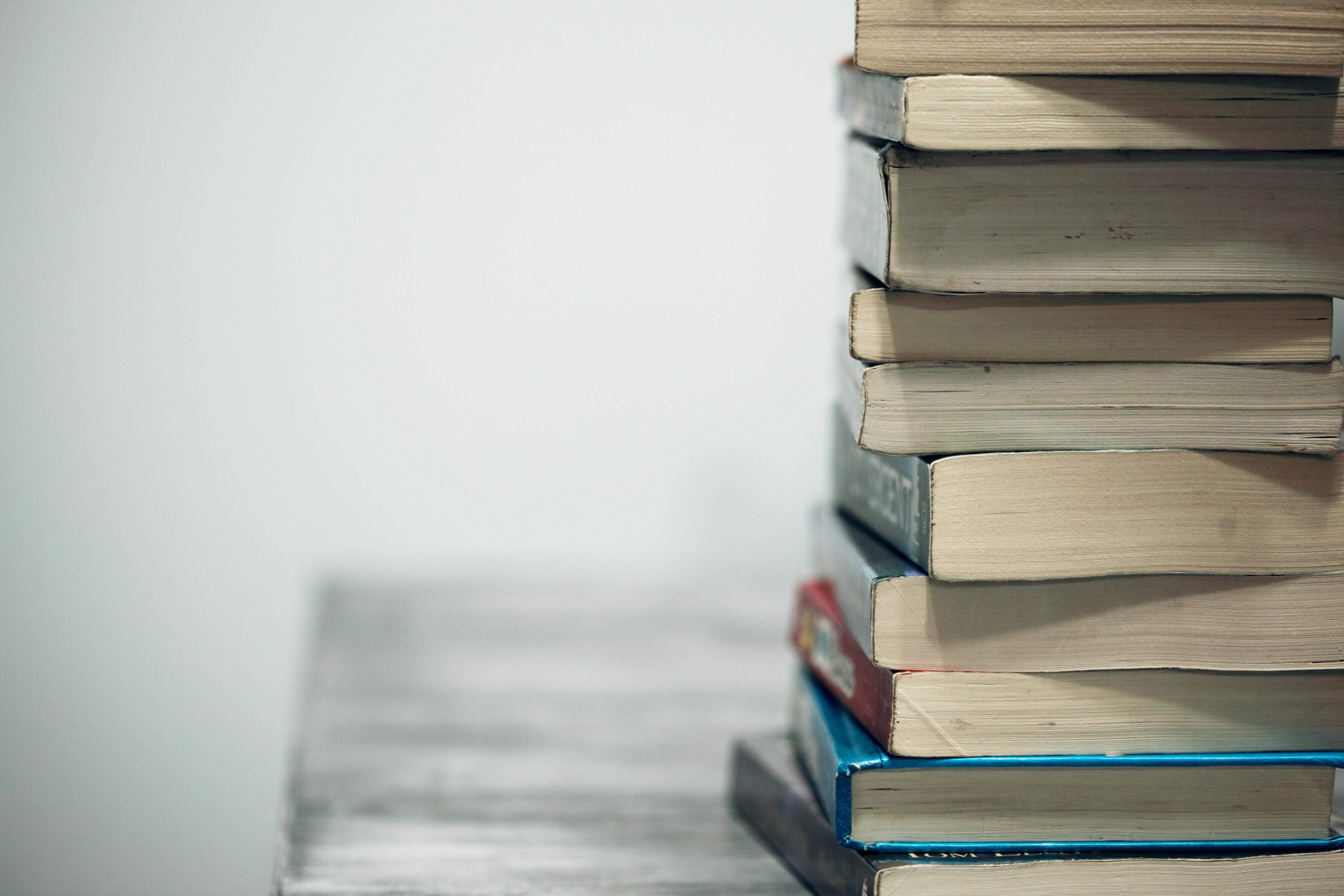 Foto de uma pilha de livros