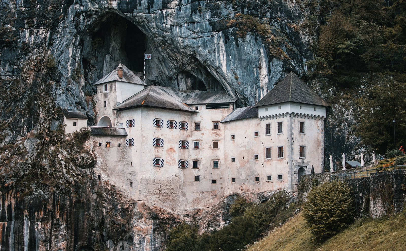 Cave Castle, Reading Treehouse, Iceland Writers Retreat, Book Hangovers & More: Endnotes 02 October