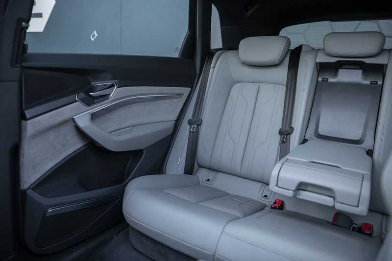 "Audi e-tron e-tron 55 quattro advanced Pro Line S 4% bijtelling!! DEC. 2018!! € 146,- netto bijtelling pm! Head-up + B&O etc. Tot januari 2024 4% bijtelling!! Prijs inclusief 22"" velgen afbeelding 22"