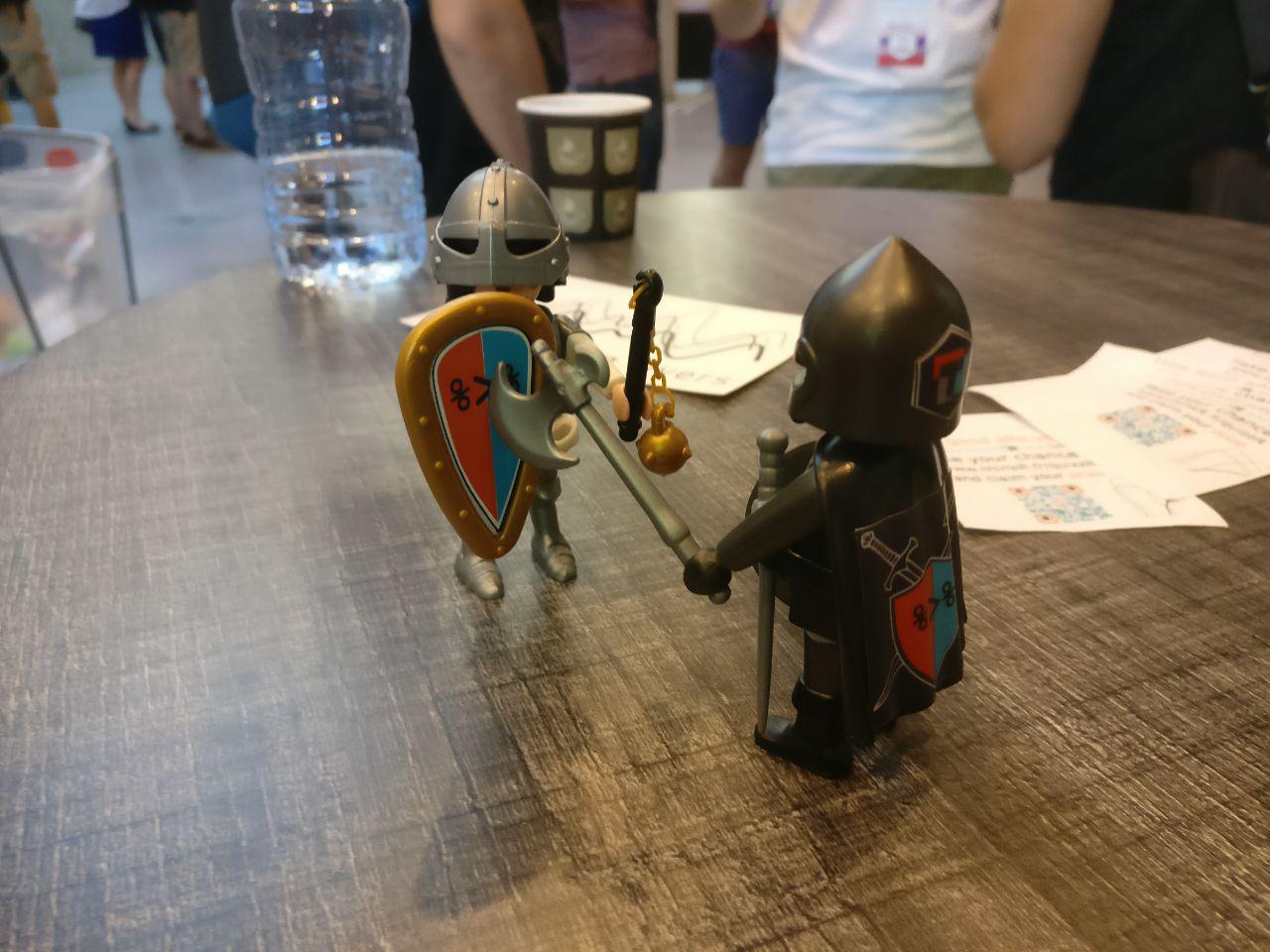 Playmobil com um pipe no escudo, da ThinkR