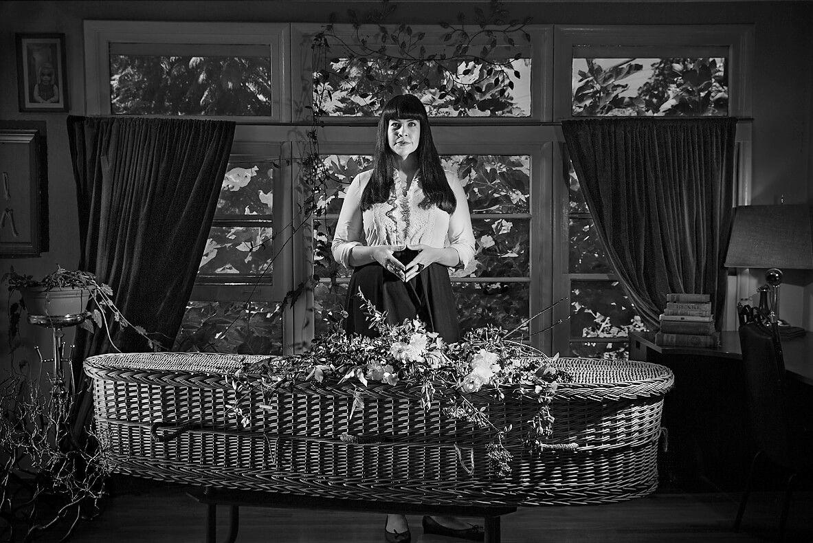 Кейтлин Даути — одна изсамых известных активисток позитивного иосознанного отношения ксмерти. Она призывает пересмотреть традиционную похоронную индустрию иактивнее использовать экологические материалы — например биоразлагаемые гробы. Фото изкниги Сергея Мохова «История смерти»