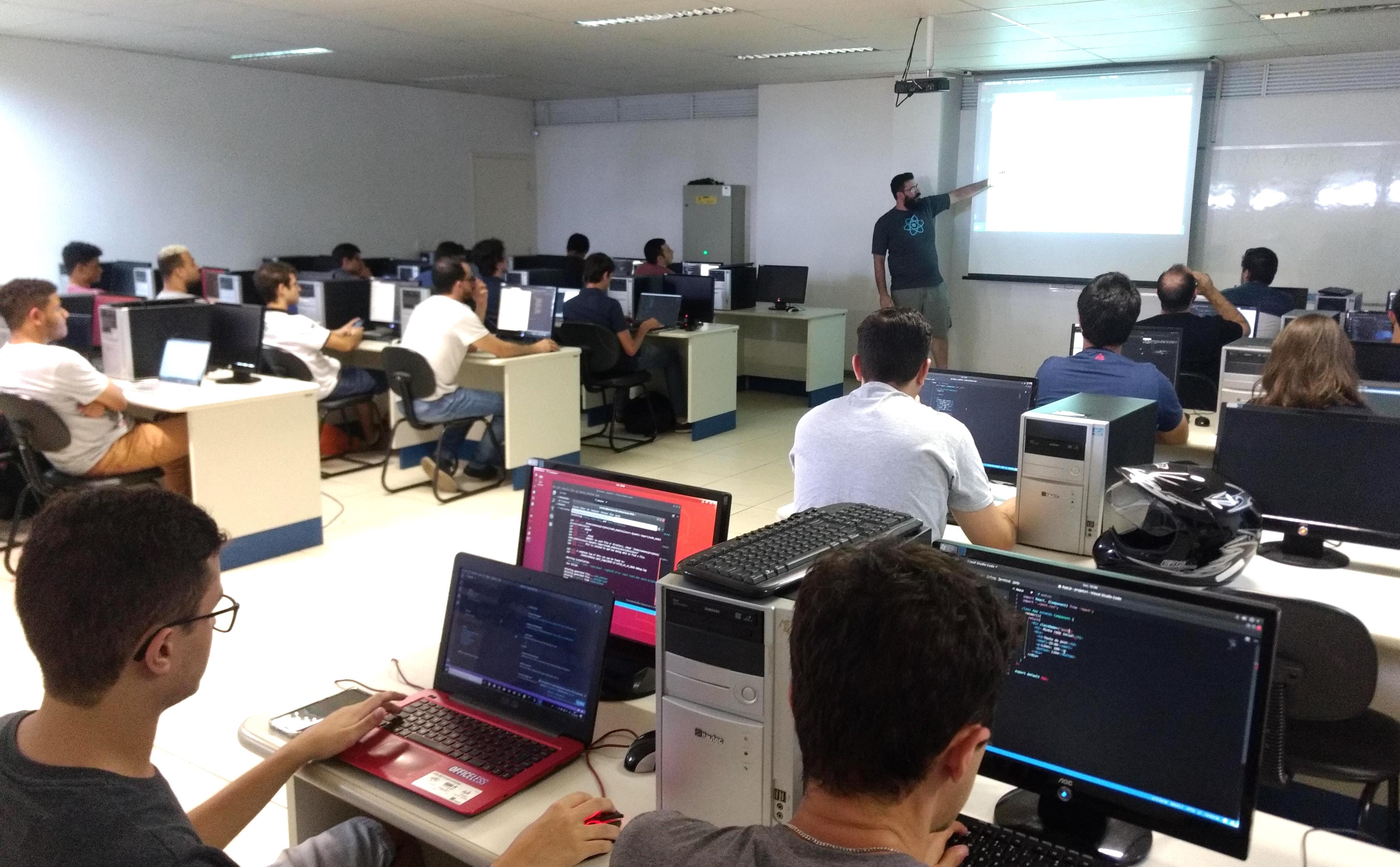 Programadores de diversas empresa em evento sobre TypeScript