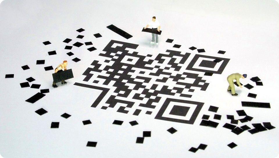 Excellence Opérationnelle - Un grand QR Code au sol avec 3 petits bonhommes qui en déplacent des morceaux pour le construire