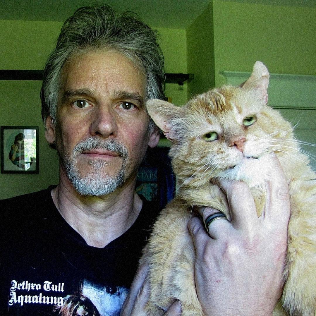 Питер Уоттс сосвоим котом. Источник: amazon.co.uk